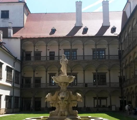 Kašna na nádvoří zámku.