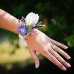 květina náramek na ruku
