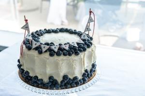 skleněný podnos na dort