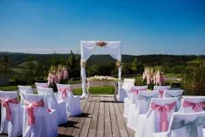 svatební bílá dřevěná slavobrána